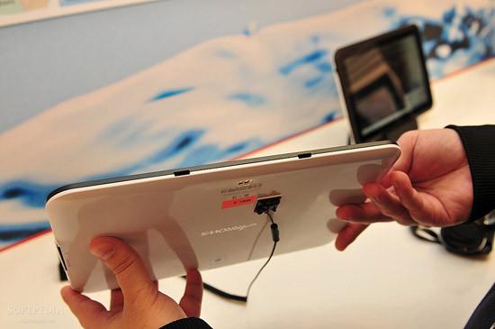 1330460948_mwc-2012-waterproof-fujitsu-arrows-tablet-close-up-6.jpg