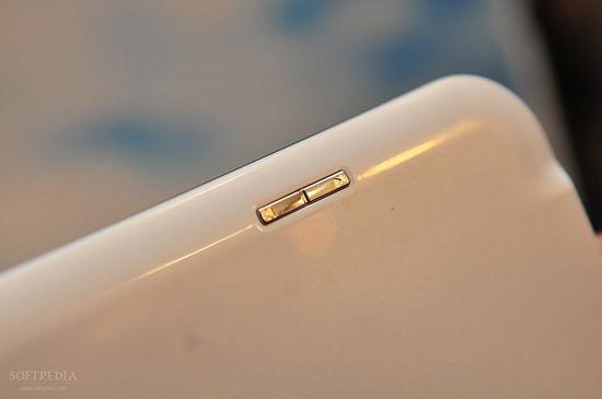 1330460964_mwc-2012-waterproof-fujitsu-arrows-tablet-close-up-8.jpg