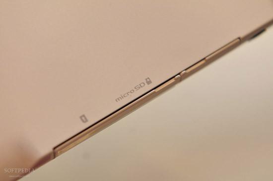 1330460975_mwc-2012-waterproof-fujitsu-arrows-tablet-close-up-9.jpg