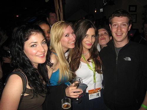 1339176123_markzuckerberg-facebooktasobelendisevgilisiterkettibufotoiliskisinibitirdi.jpg