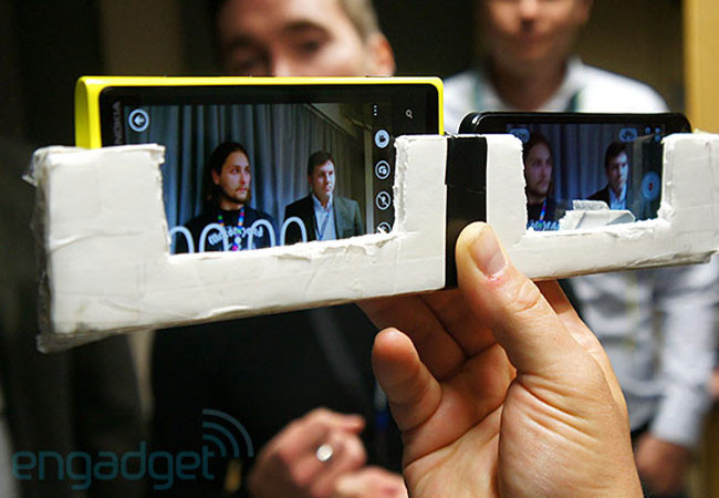 1348655056_iphone5-vs-nokia-lumia-920.jpg