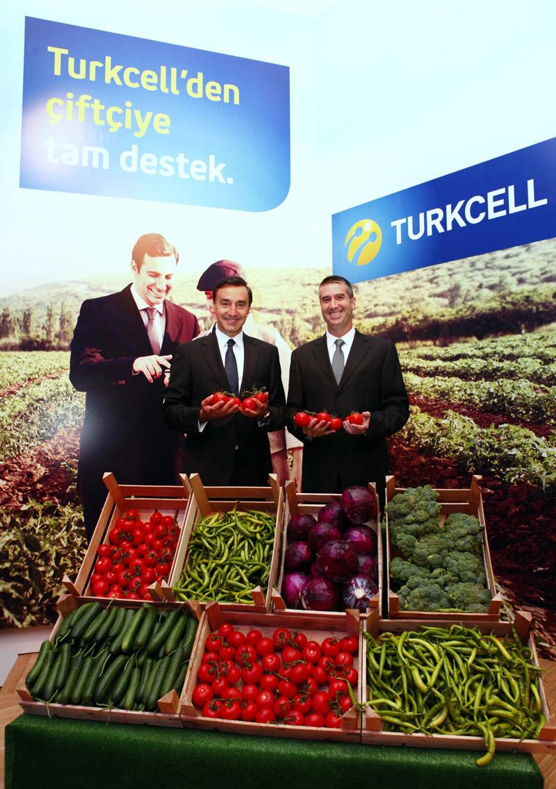 1349957496_turkcell-gmy-emre-say-n-ve-doktar-ynetim-kurulu-baskan-murat-zgrkey.jpg