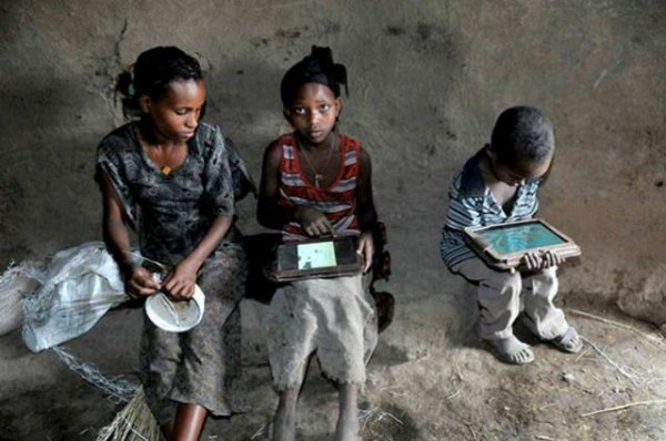 1352100496_illiterate-ethiopian-kids-with-motorola-xoom-tablets-600x398.jpg