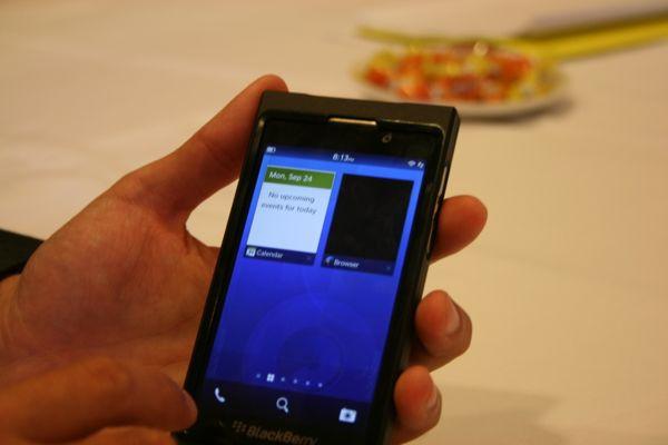 1354606858_blackberry10i8.jpg