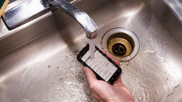 1355844067_motorola-defy-water-is-one-tough-phone-600x336.jpg
