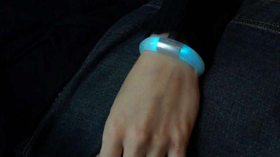 1371717524_embrace-smartphone-bracelet.jpg