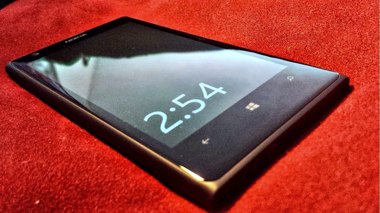1378039526_lumia1020phonered.jpg
