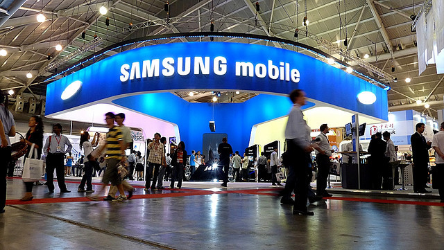 1383218152_samsung-claims-apple-crown-as-world-biggest-smartphone-maker-research-firms-1.jpg