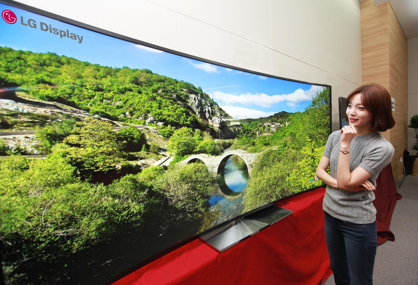 1387717403_lg-to-unveil-worlds-first-105-inch-curved-ultra-hd-tv-at-ces-20142.jpg