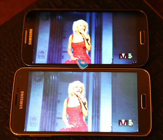 1395260021_galaxy-s5-at-the-bottom-vs-galaxy-s4-during-video-display.jpg