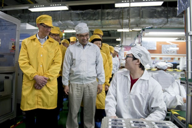 1396961348_tim-cook-factory.jpg
