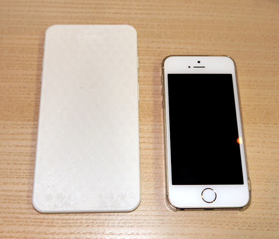 1400132897_mockup-of-5.5-inch-apple-iphone-phablet-is-created-on-a-3d-printer-and-compared-to-the-apple-iphone-5s-2.jpg