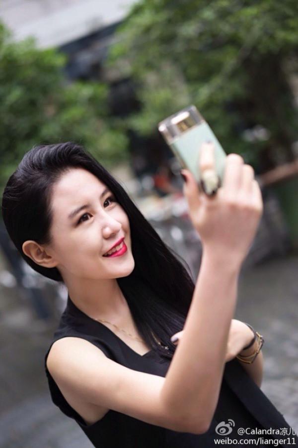 1408535286_sony-selfie-camera-perfume-bottle-8.jpg