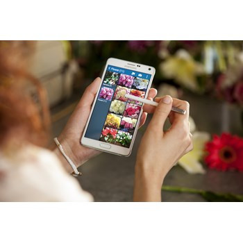 1409752591_a-phone-with-an-edge-samsung-galaxy-note-edge-with-curved-screen-is-official-2.jpg