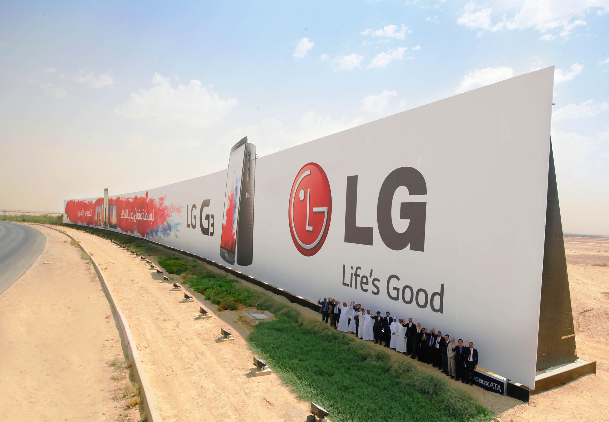 1411107138_lg-sets-guinness-world-record-with-this-gigantic-g3-ad.jpg