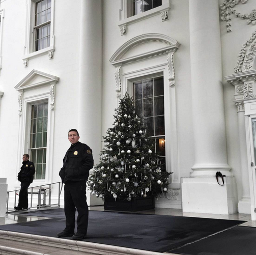1417854870_pro-photographer-uses-rear-camera-on-the-apple-iphone-6-plus-to-catch-holiday-event-at-the-white-house-1.jpg