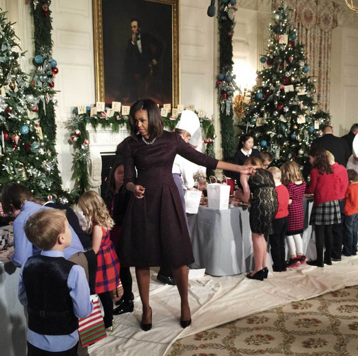 1417854934_pro-photographer-uses-rear-camera-on-the-apple-iphone-6-plus-to-catch-holiday-event-at-the-white-house-5.jpg