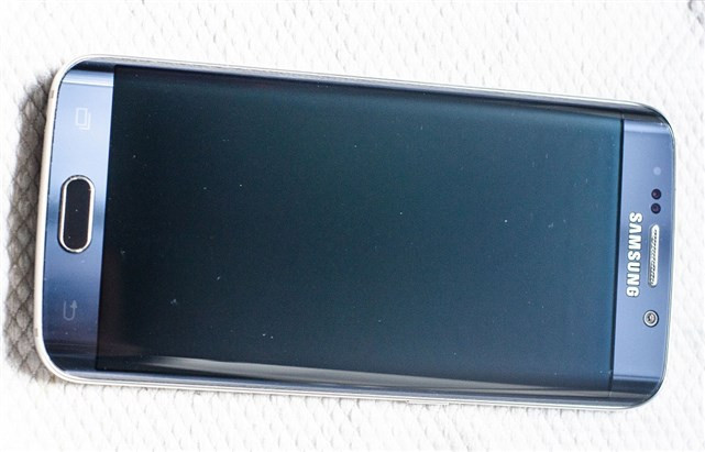 1431633516_galaxy-s6-amp-edge-scratched-by-samsungs-clear-view-case-4.jpg