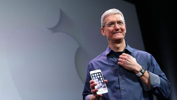 1446029773_tim-cook-and-iphone-6-plus.jpg