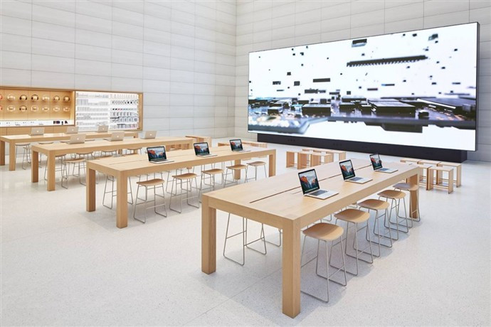 1446455173_theres-a-gigantic-screen-in-the-back-of-the-apple-store-for-demonstrations-and-looping-videos.jpg