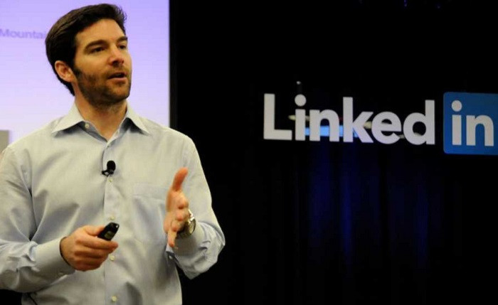 1456993391_linkedin-ceo-jeff-weiner-explains-the-difference-between-managers-and-leaders.jpg