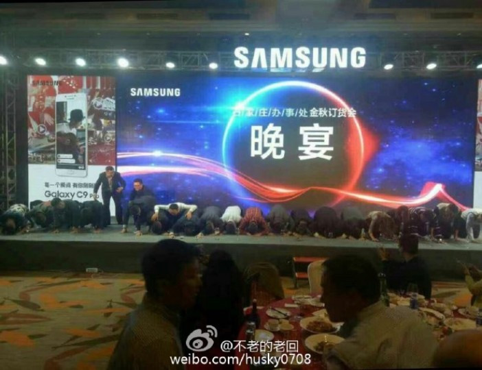 1478082664_samsung-china-kneeling-702x540.jpg