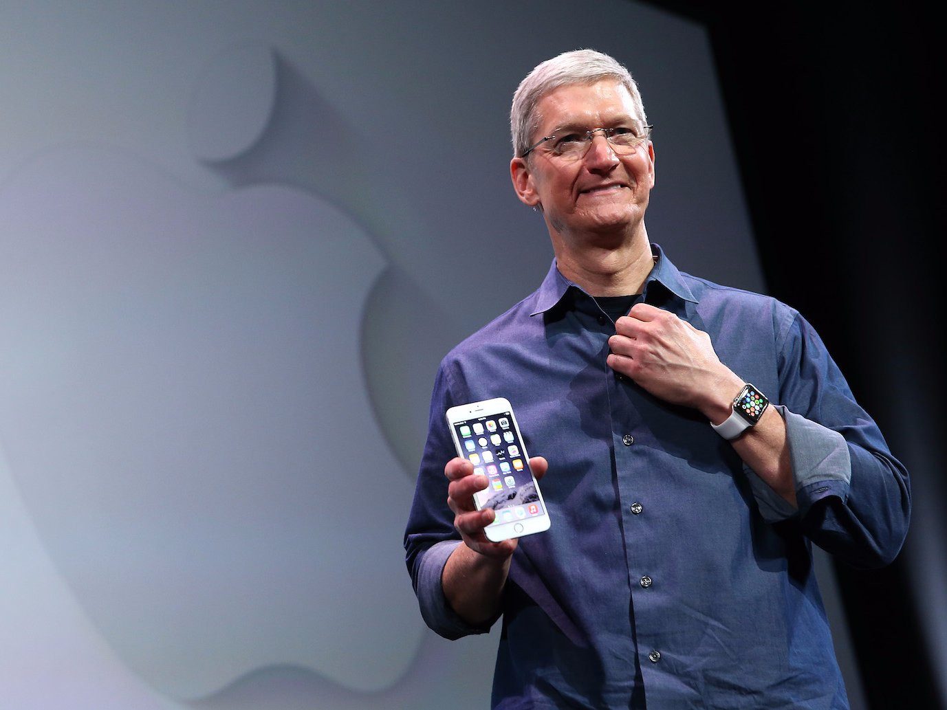 1493802978_tim-cook-with-iphone.jpg