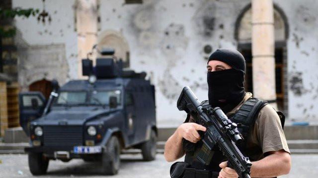 1509353030_diyarbakir-sur-da-catisma-1-i-agir-4-asker-8045904x3511o.jpg