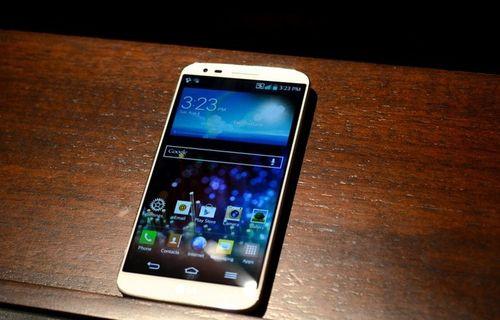 Motorola Droid Ultra ve Galaxy S4 yan yana