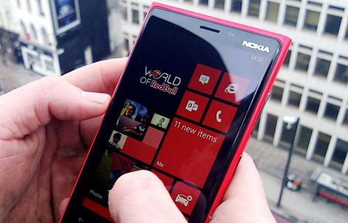 Nokia 929 beyaz modeliyle geliyor