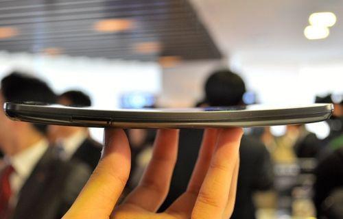 Esnek ekranlı LG G Flex'in dayanıklılık testi! Video