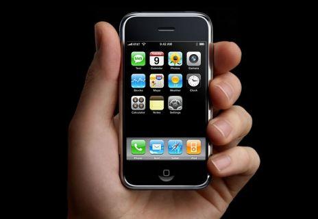 Üretilen ilk iPhone'u satışa çıkardı!