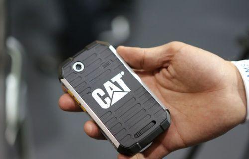 Darbelere dayanıklı akıllı telefon CAT  B15'lerin üzerinden paletli iş makinesi geçti [Video]