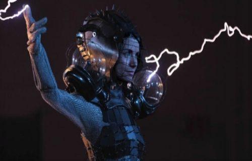 1 milyon voltluk elektrik akımına dayanan elbise üretildi! [Video]