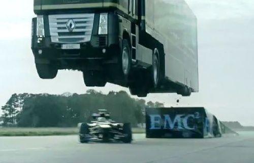 Koca TIR Formula 1 aracının üzerinden uçtu! Video