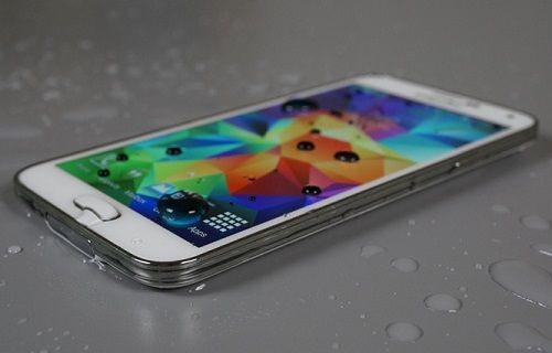 Samsung, Galaxy S5'in suya dayanıklı olduğunu bize hatırlatıyor