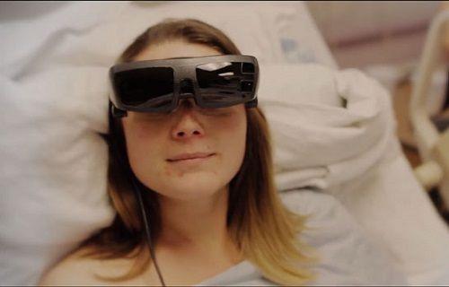 Görme engelli anne özel gözlük sayesinde bebeğini ilk defa gördü