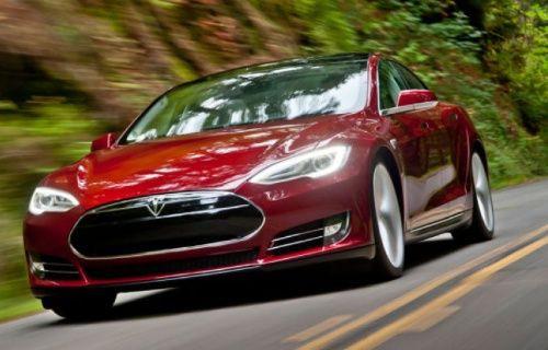Tesla P85D'nin 'Deli' mod'u aracı uçuruyor! [Video]