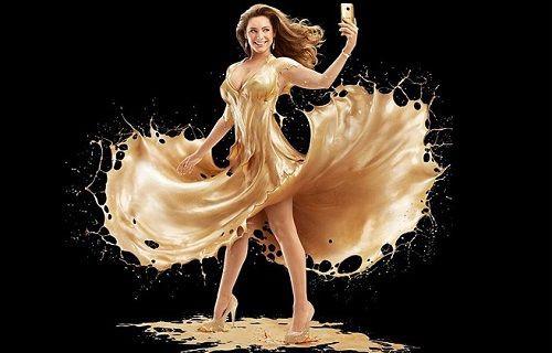 Altın renkli One M9'u İngiliz manken Kelly Brook tanıttı [video]