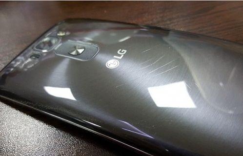 LG G Flex 2 arka kapak çizilme testi [Video]