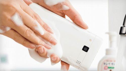 İşte su ve sabunla temizlenen akıllı telefon!