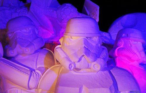 Japon Ordusu 3500 ton kar ile Star Wars heykeli yaptı