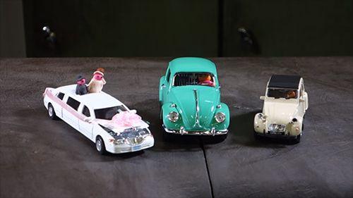 Oyuncak arabaları presle ezdiler