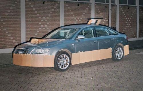 Gizemli bir şahıs, kartonlarla otomobilleri modifiye ediyor