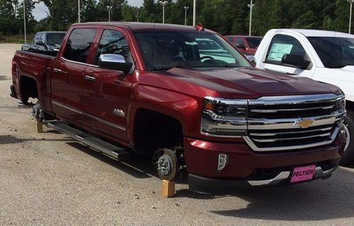 Hırsızlar, 250.000 dolar değerinde otomobil tekerleği çaldılar