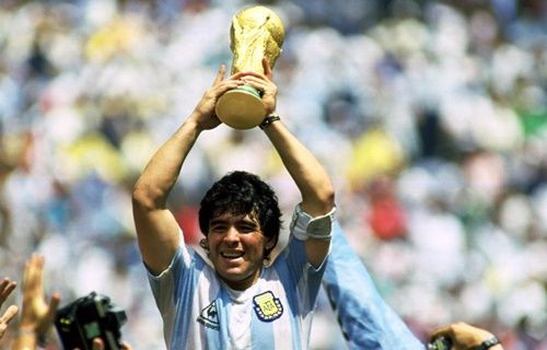 Maradona, PES 17 yüzünden Konami'ye dava açıyor!