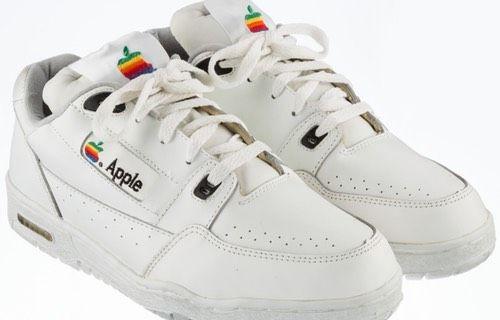 Apple'ın ayakkabısı rekor fiyata açık artırmaya sunuldu