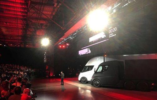 Tesla, bugün yeni araçlarını tanıttı!