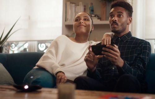 Motorola'dan Samsung'a göndermeli reklam!