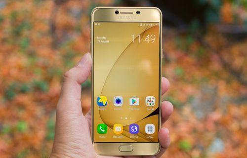 Galaxy C7 Pro kameralara poz verdi